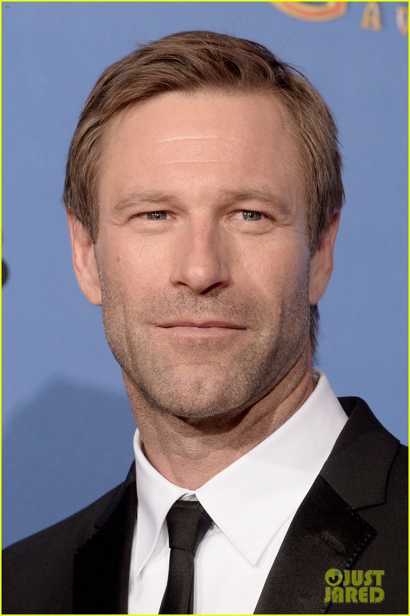 aaron eckhart golden globes 2014 red carpet 073029514