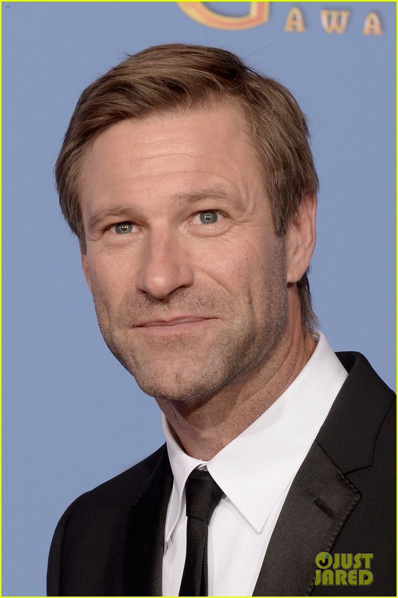 aaron eckhart golden globes 2014 red carpet 11