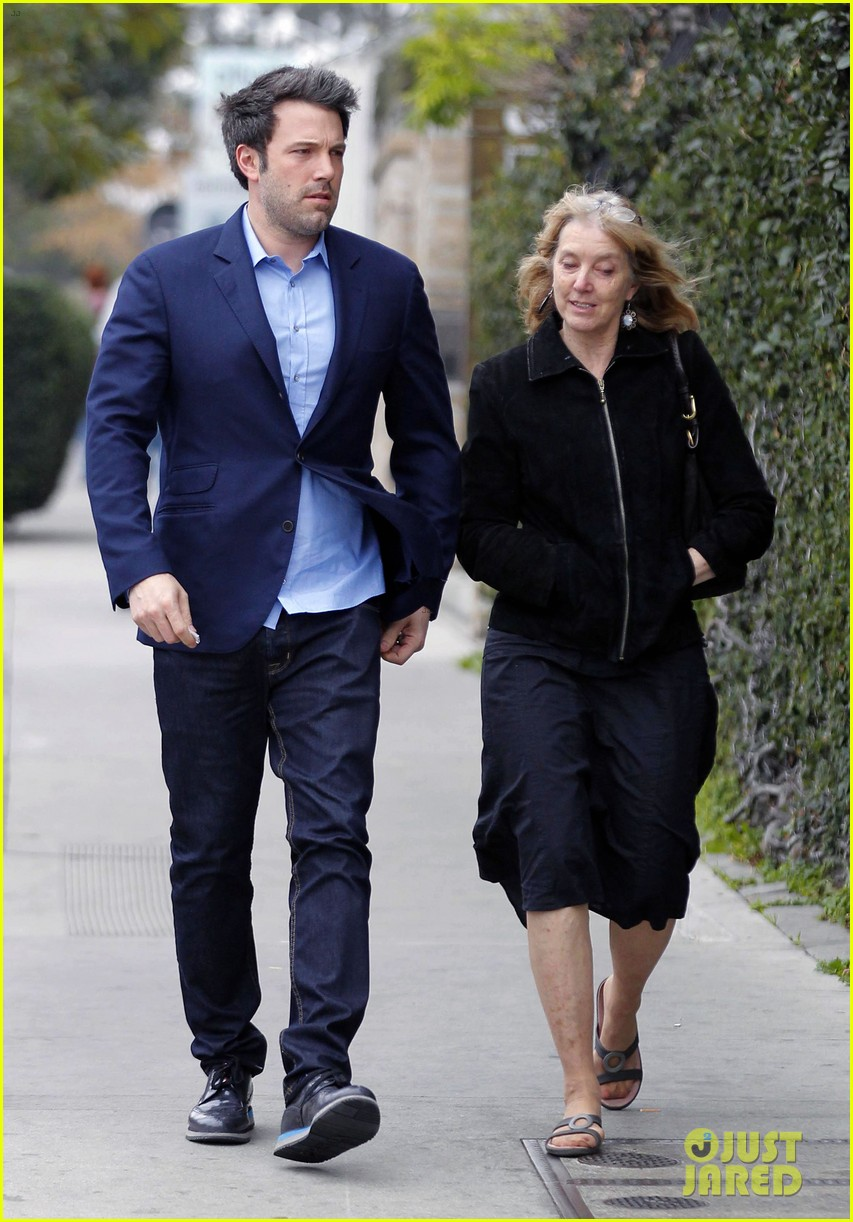 ben affleck is a mommas boy takes mom to the theater 05