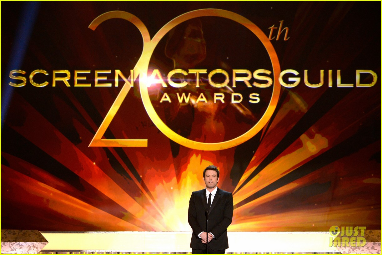 ben affleck presents best cast at sag awards 2014 05