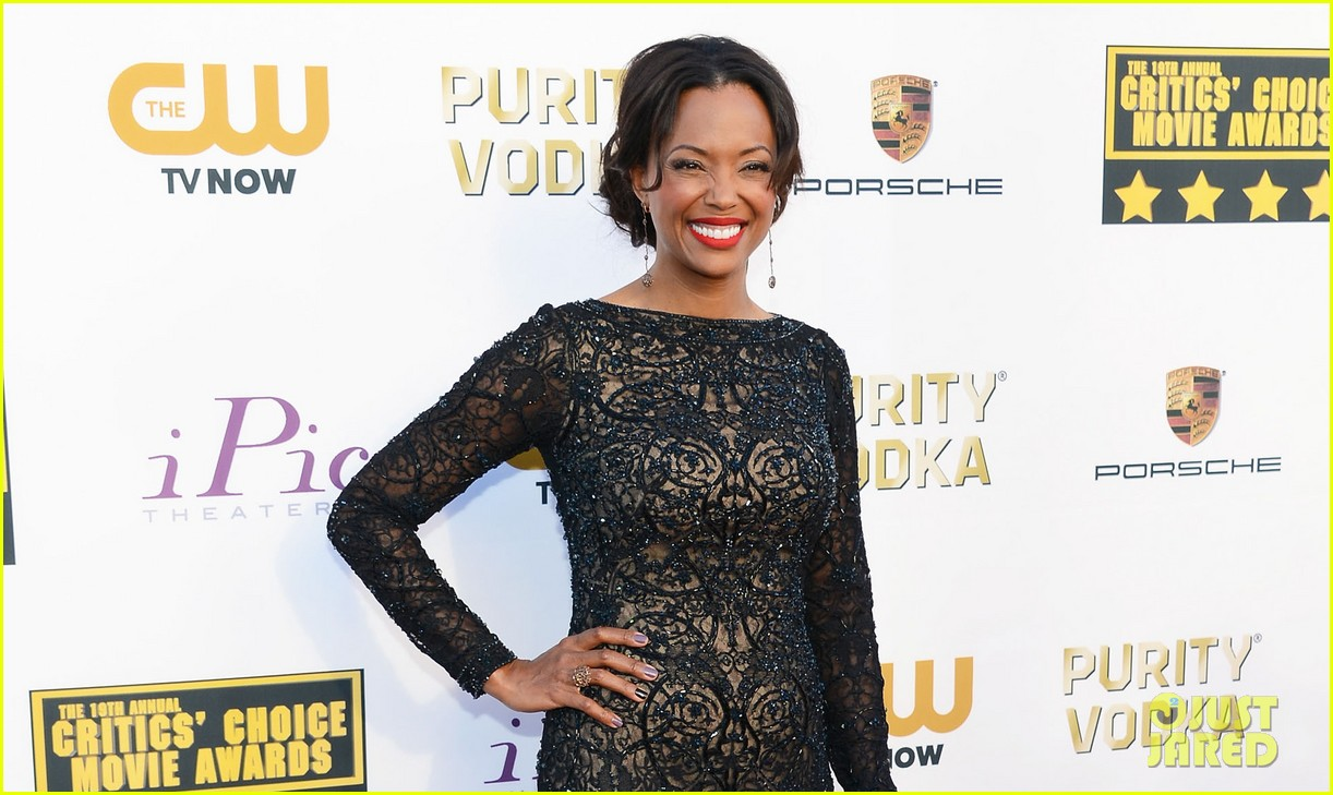aisha tyler critics choice movie awards 2014 red carpet 05