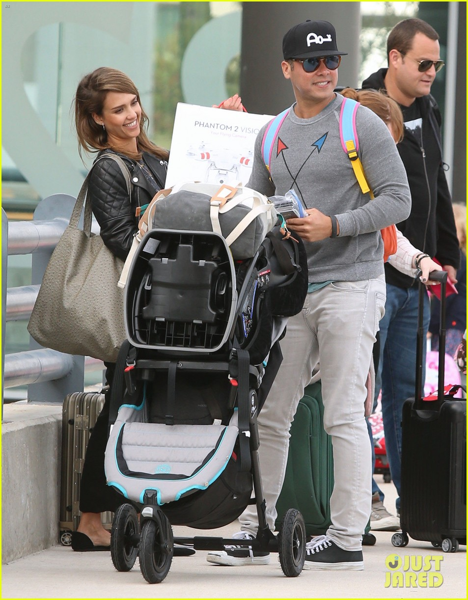 jessica alba family arrive home from cabo vacation 11