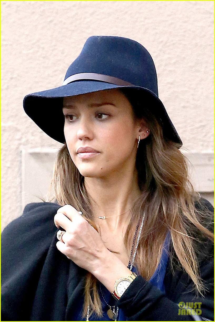 jessica alba wraps the weekend with pierced lobe 193042495