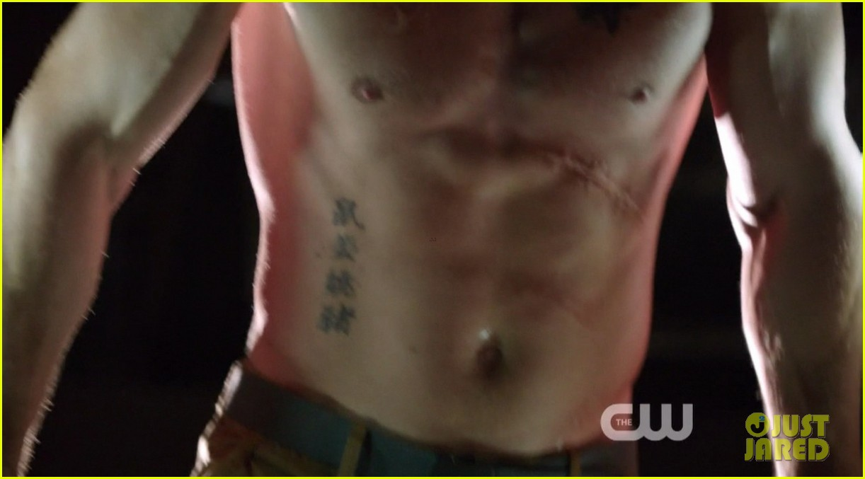 stephen amell ridiculously ripped abs in shirtless arrow stills 023044655