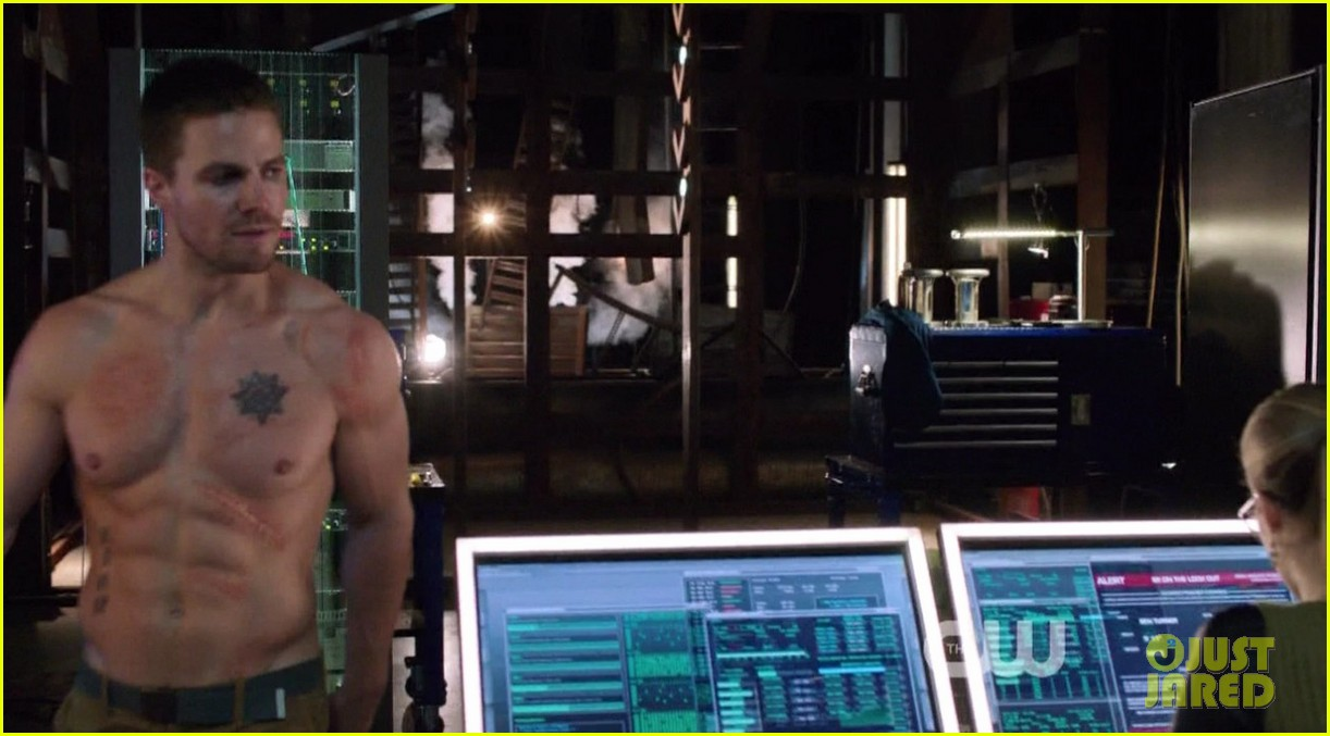 stephen amell ridiculously ripped abs in shirtless arrow stills 03