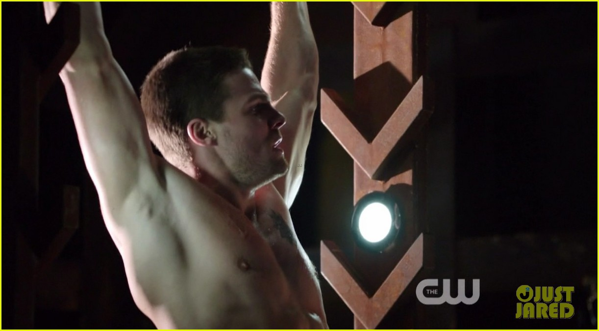 stephen amell ridiculously ripped abs in shirtless arrow stills 04
