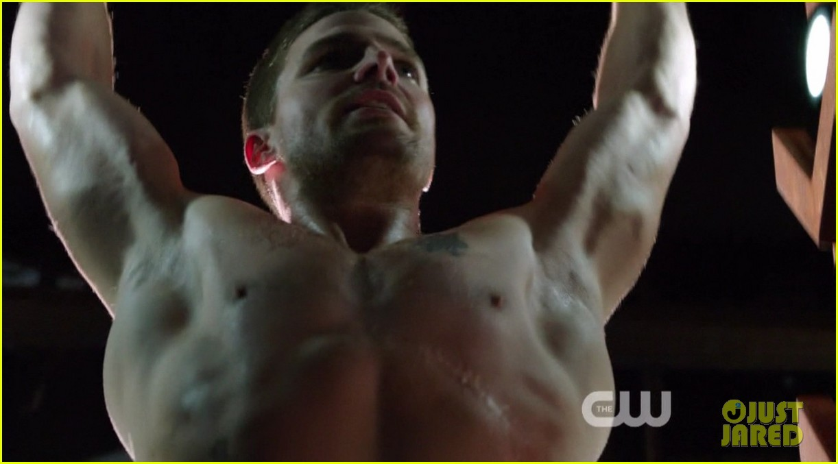 stephen amell ridiculously ripped abs in shirtless arrow stills 11