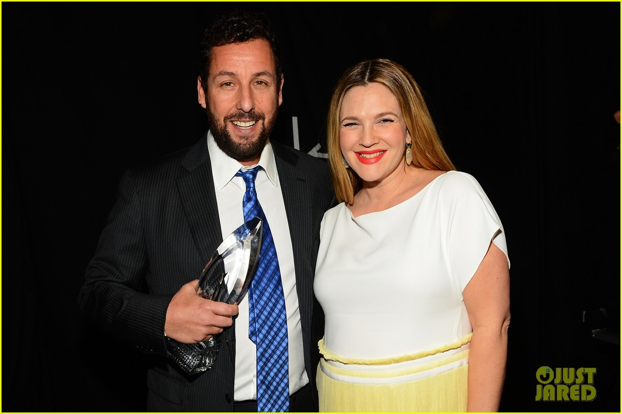 drew barrymore presents adam sandler with a peoples choice award 023025679