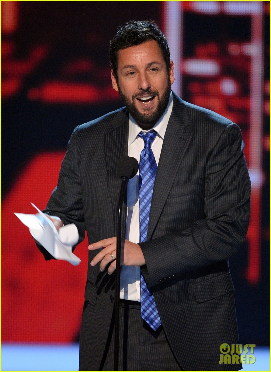 drew barrymore presents adam sandler with a peoples choice award 04