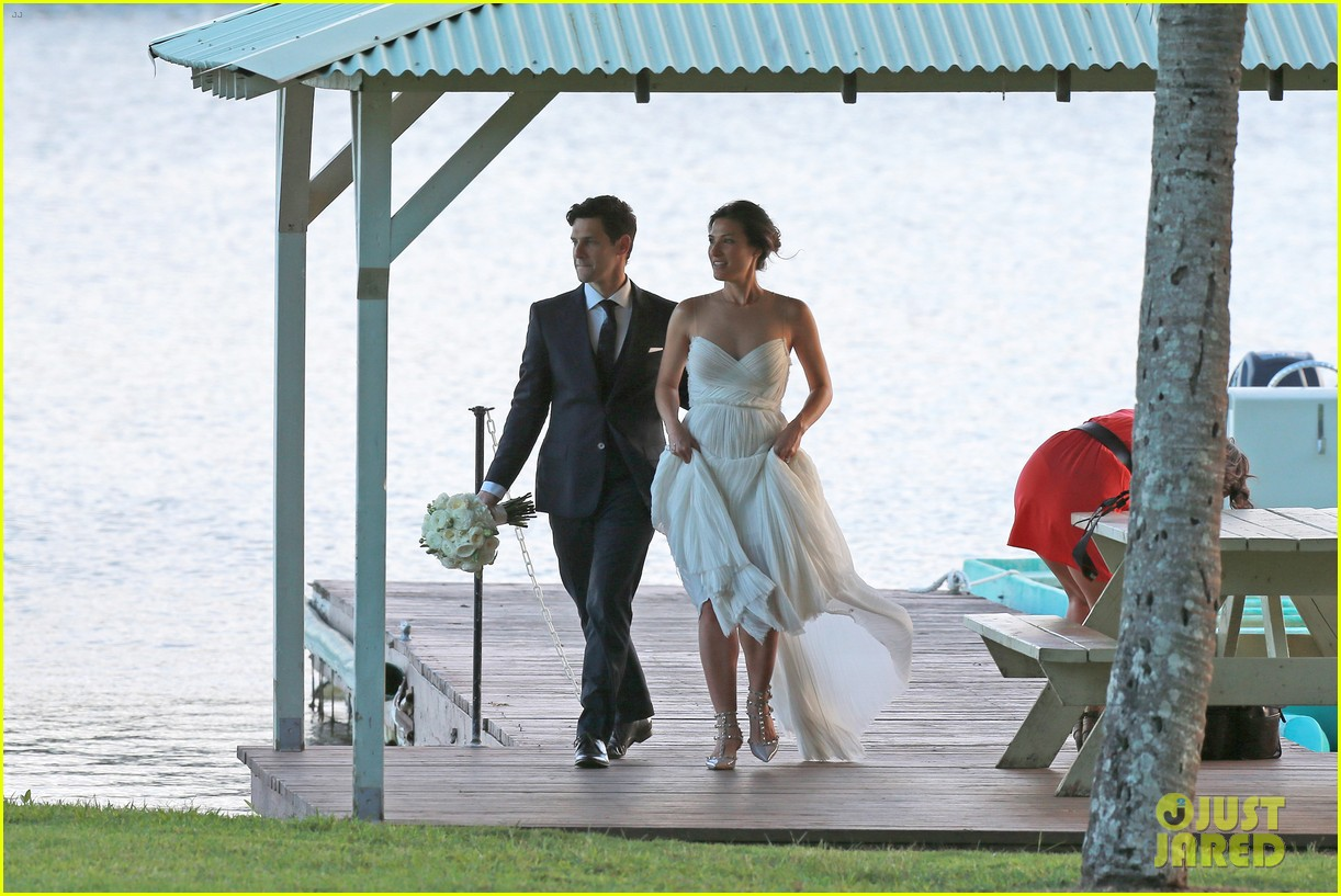 justin bartha marries lia smith in hawaii wedding photos here 03