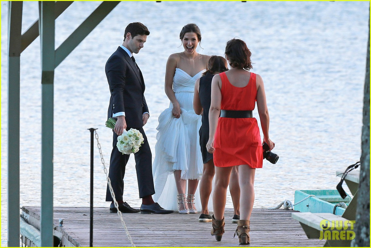justin bartha marries lia smith in hawaii wedding photos here 063022790