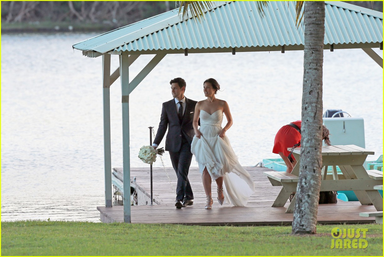 justin bartha marries lia smith in hawaii wedding photos here 09