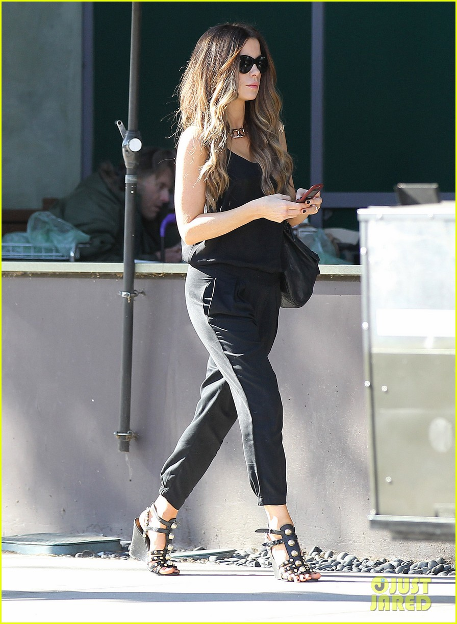 kate beckinsale super stylish whole foods run 013023320
