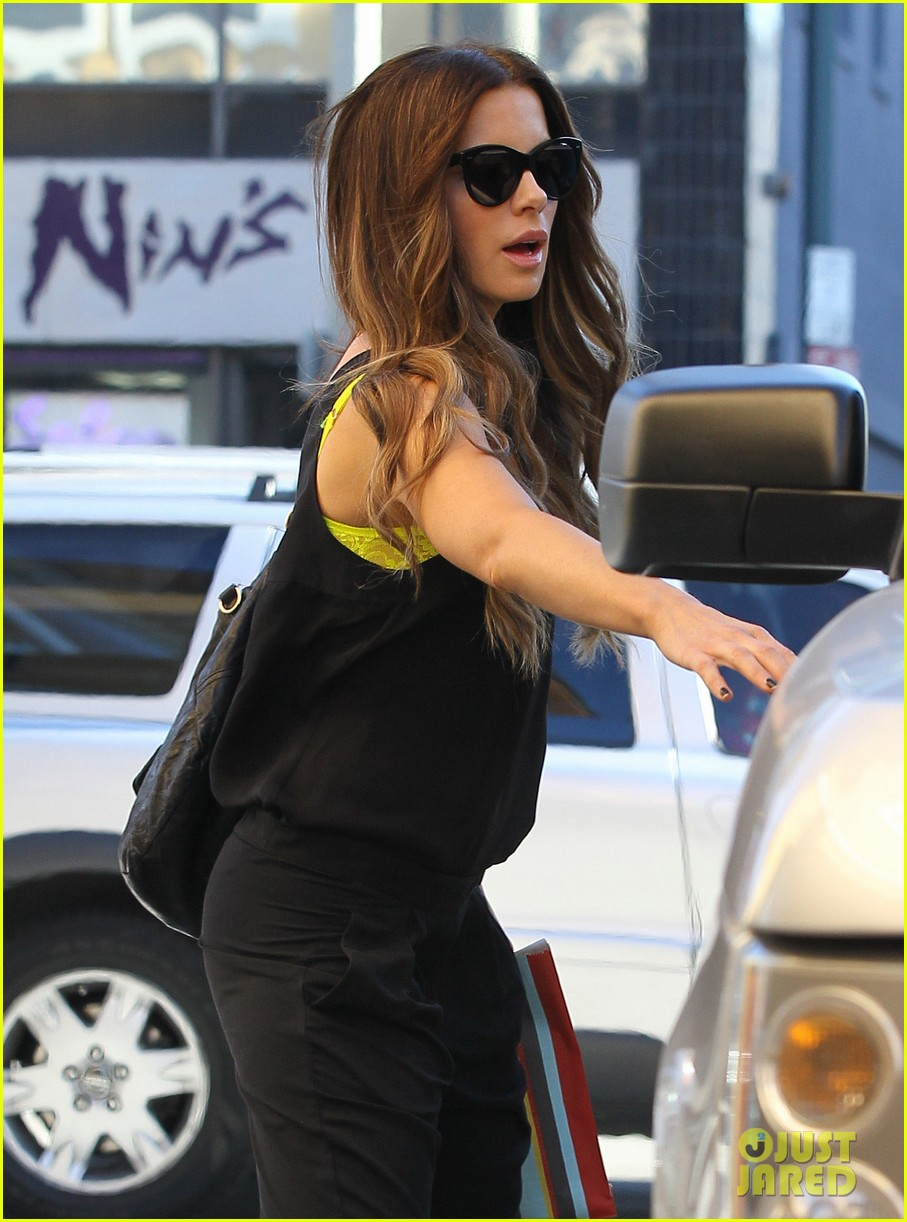 kate beckinsale super stylish whole foods run 02