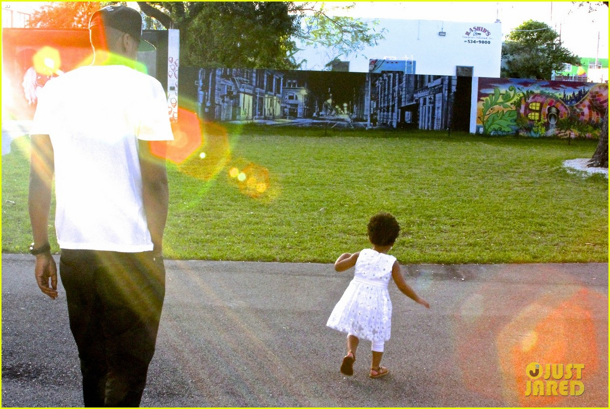 beyonce jay z visit a park with blue ivy new photos 03