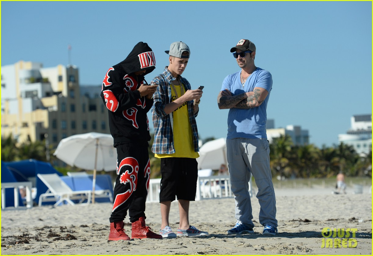 justin bieber emerges in miami after police raid controversy photos 03