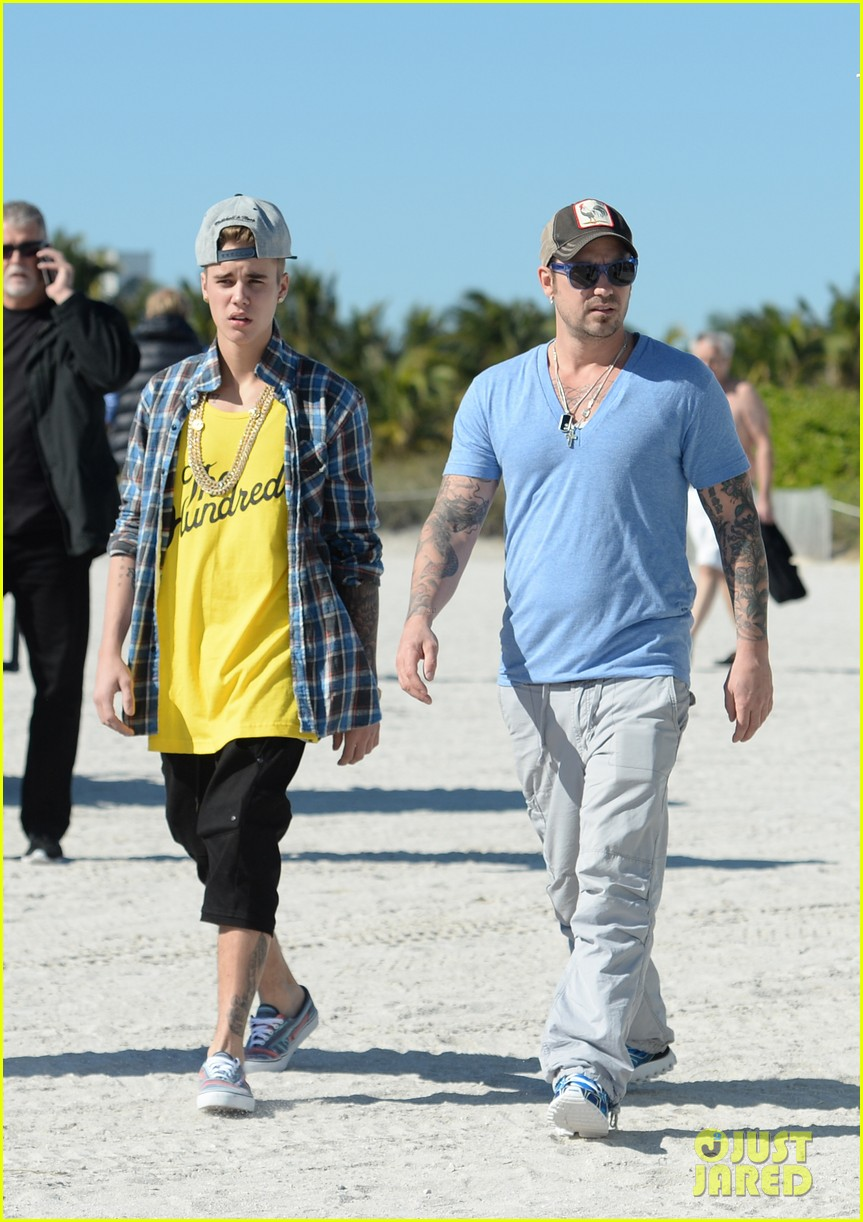 justin bieber emerges in miami after police raid controversy photos 083037888