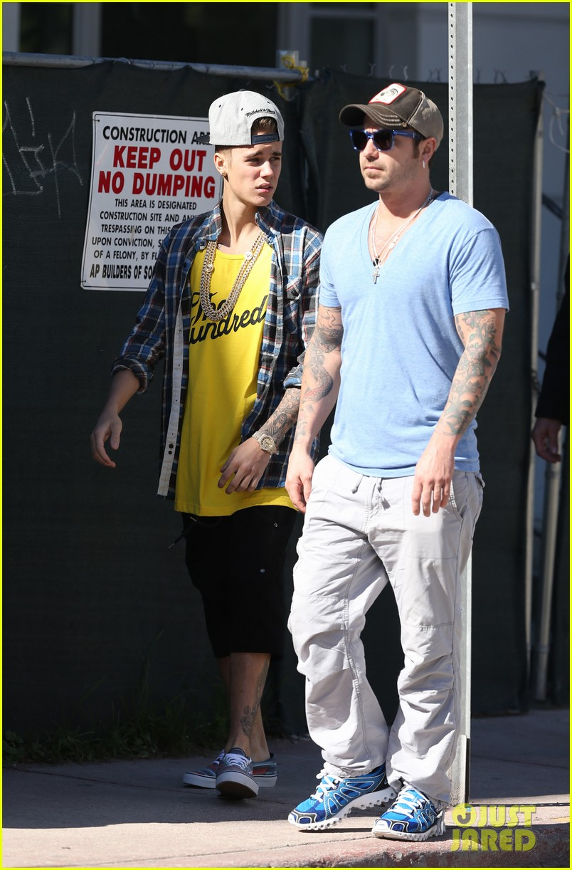 justin bieber emerges in miami after police raid controversy photos 103037890