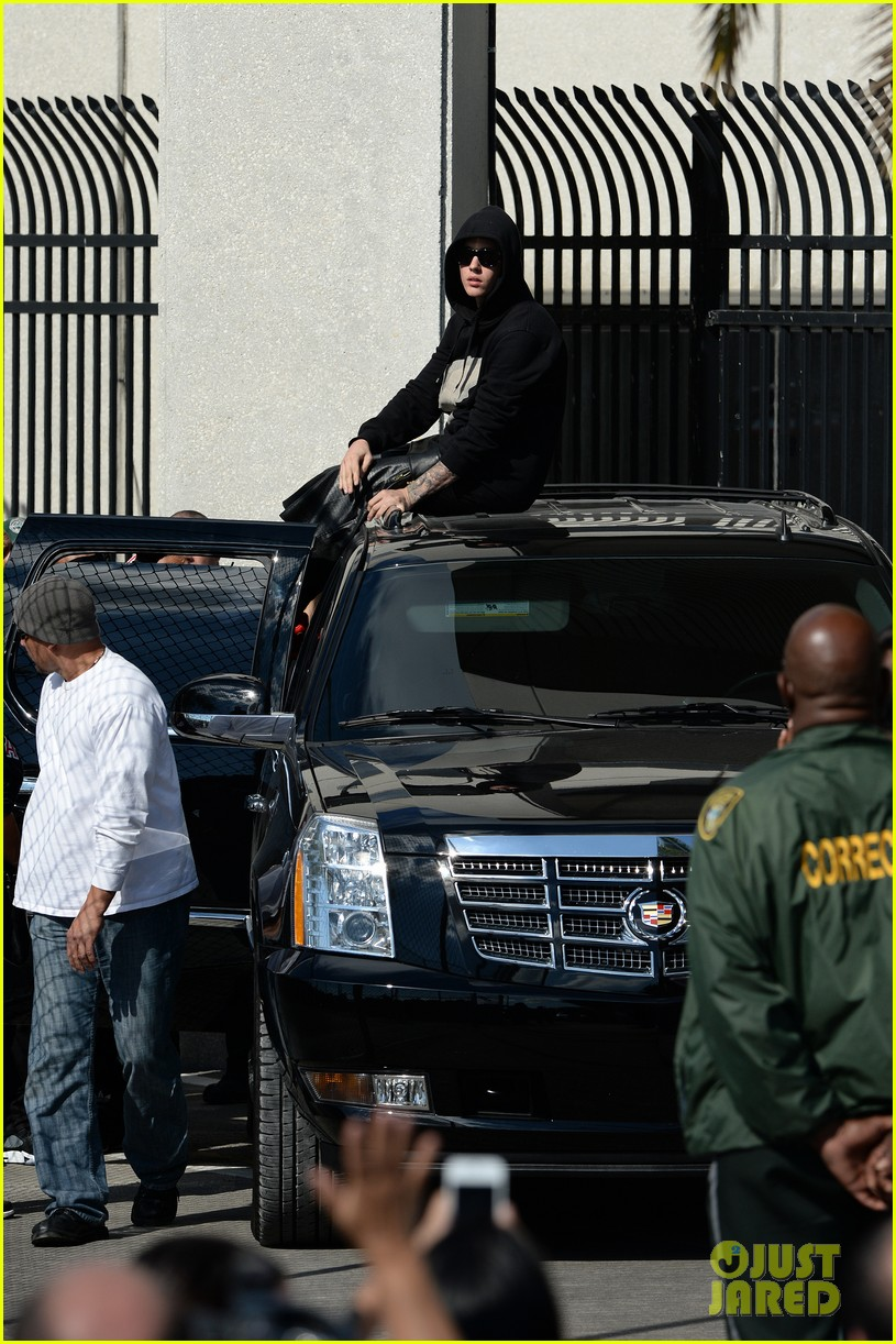 justin bieber leaves jail waves to fans after arrest 043038547