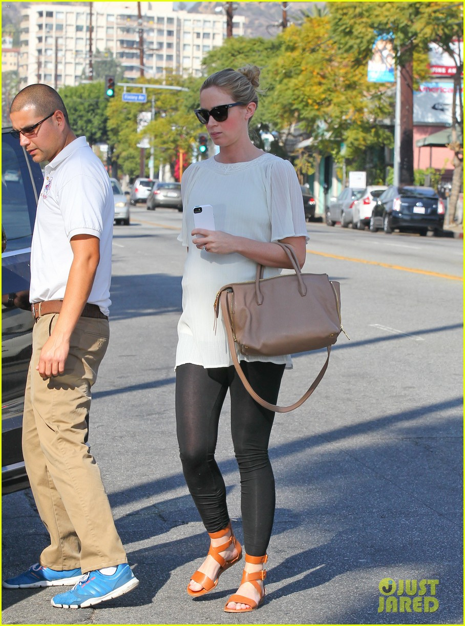 pregnant emily blunt grabs lunch at alcove restaurant 04