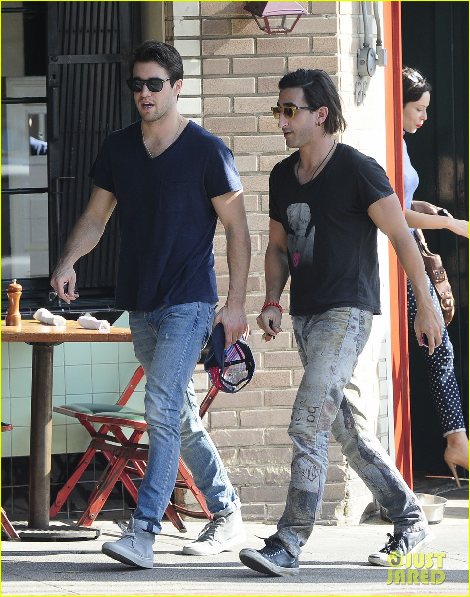 joshua bowman hangs with a pal for little doms lunch 12