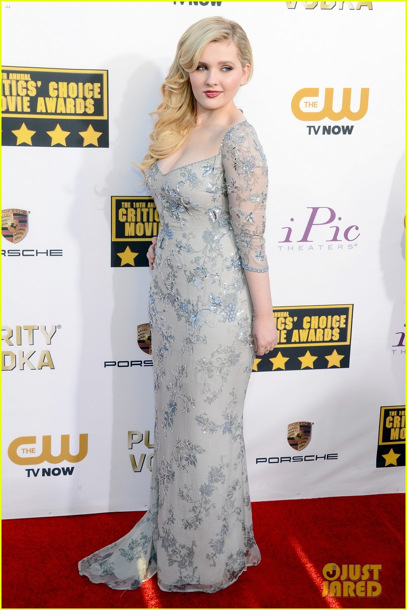 abigail breslin sophie nelisse critics choice movie awards 2014 red carpet 01
