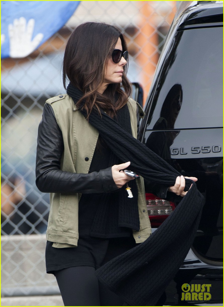 sandra bullock drops off louis after the pcas 05