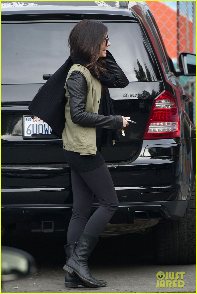 sandra bullock drops off louis after the pcas 06