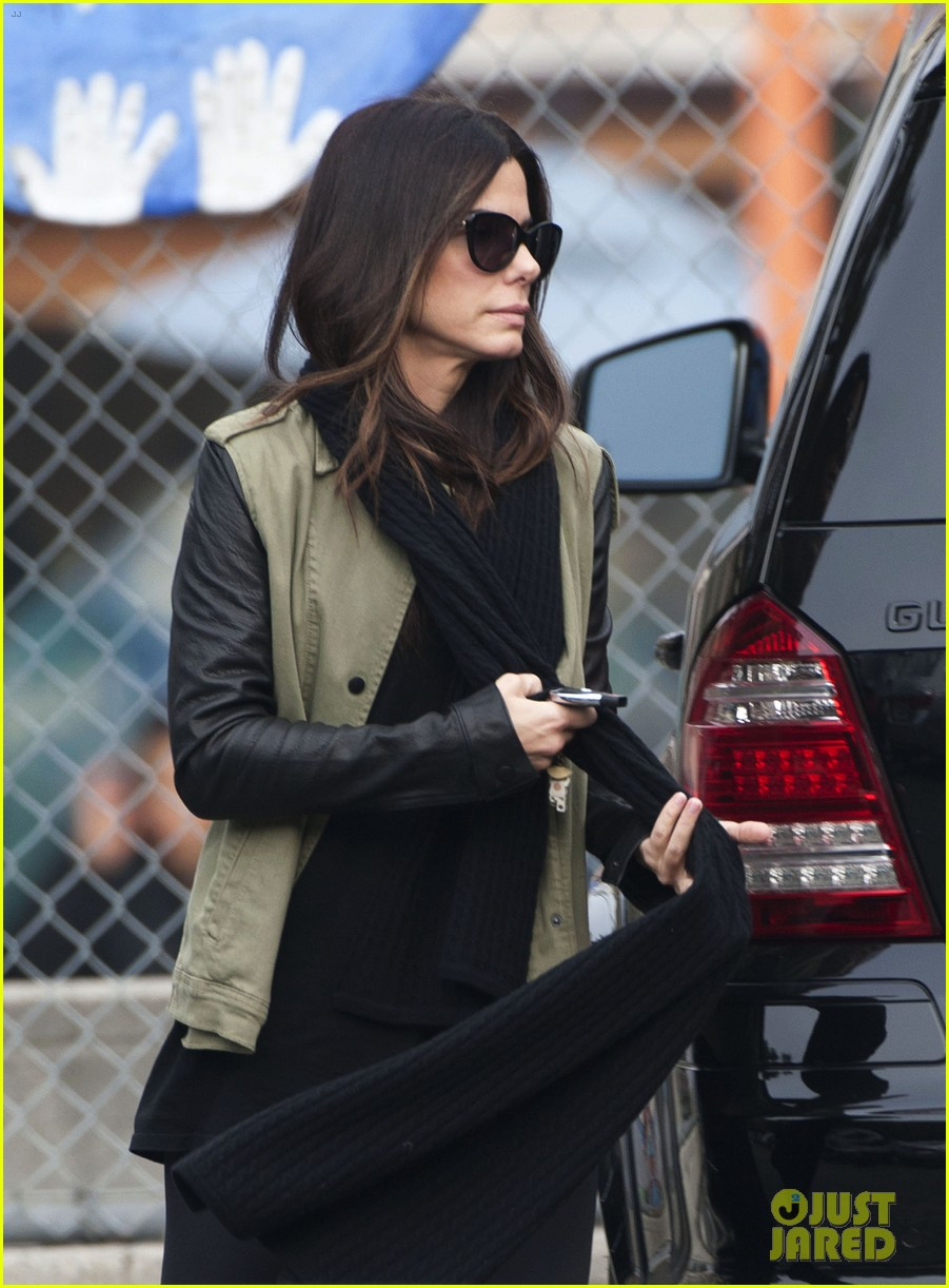 sandra bullock drops off louis after the pcas 083027025