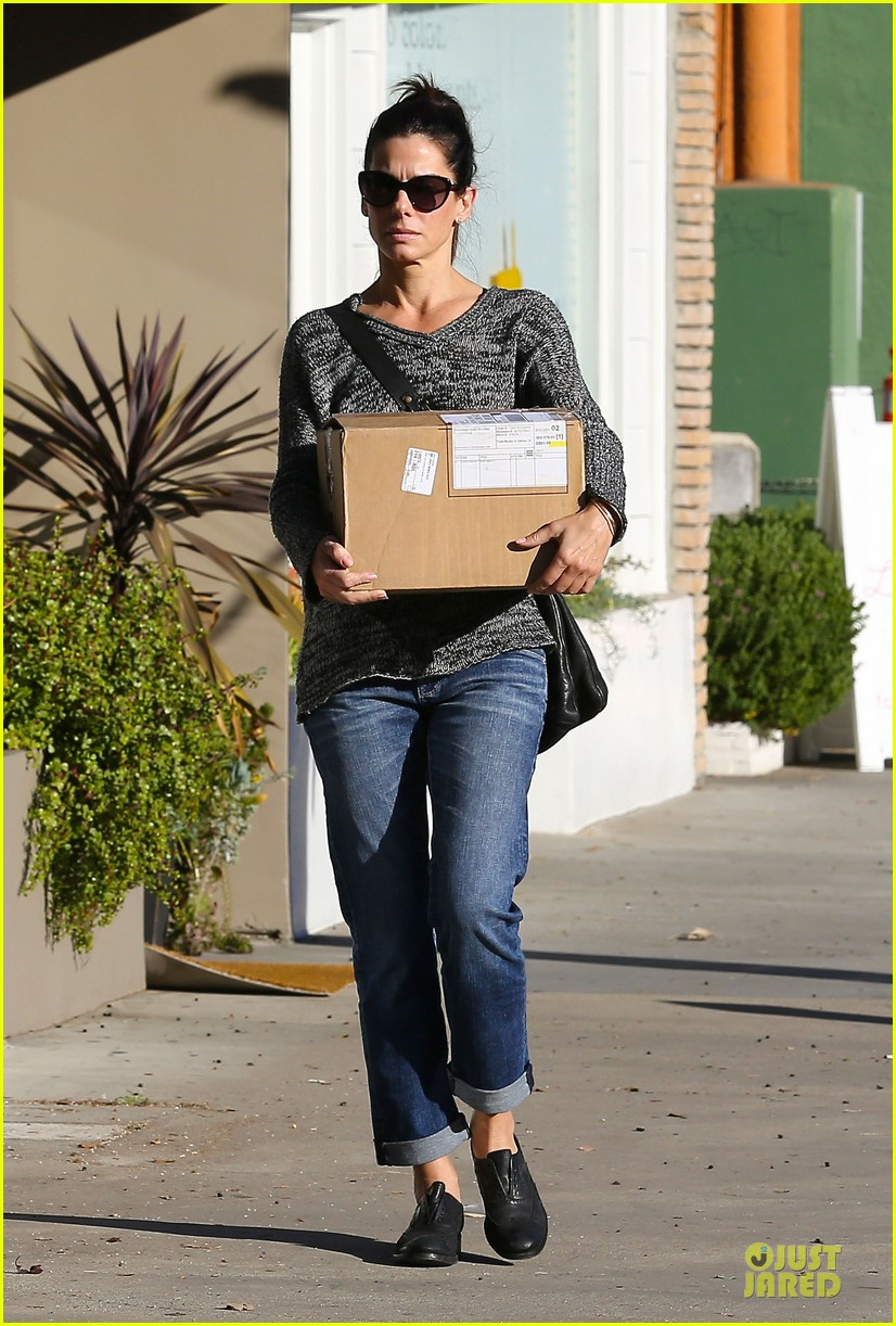 sandra bullock shopping with mystery man after golden globes 19