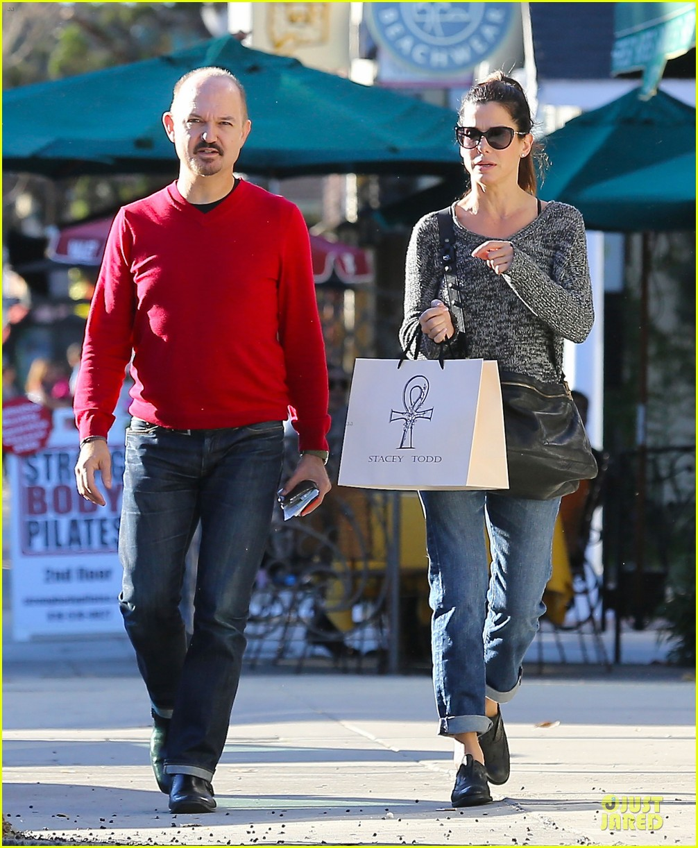 sandra bullock shopping with mystery man after golden globes 26