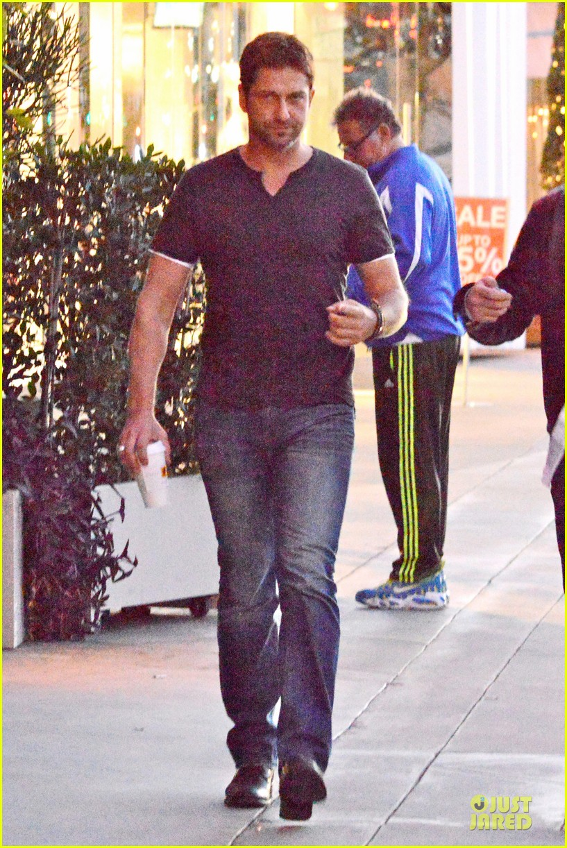 gerard butler flashes bulging biceps for coffee run 01