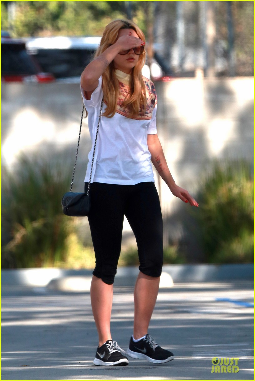 amanda bynes stops at gas station for rolling paper 13