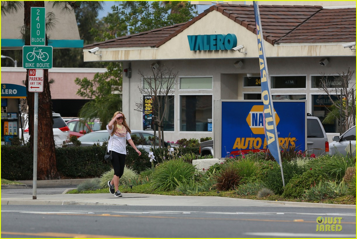amanda bynes stops at gas station for rolling paper 263042959