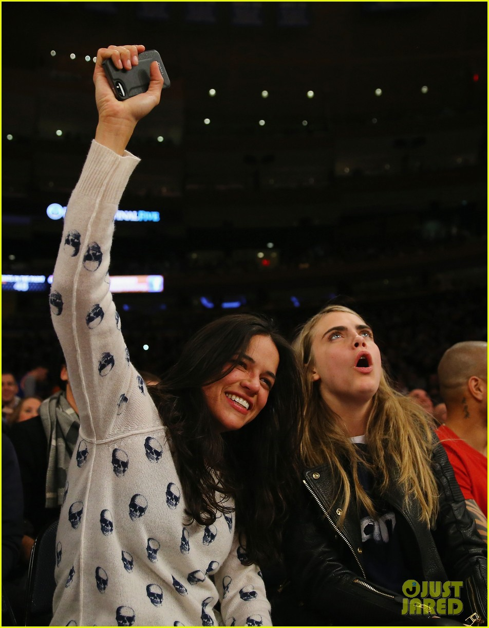 cara delevingne michelle rodriguez go in for kiss at knicks game 05