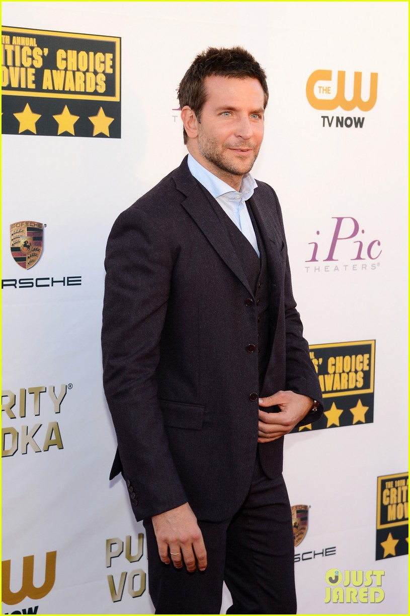 bradley cooper critics choice movie awards 2014 red carpet 02