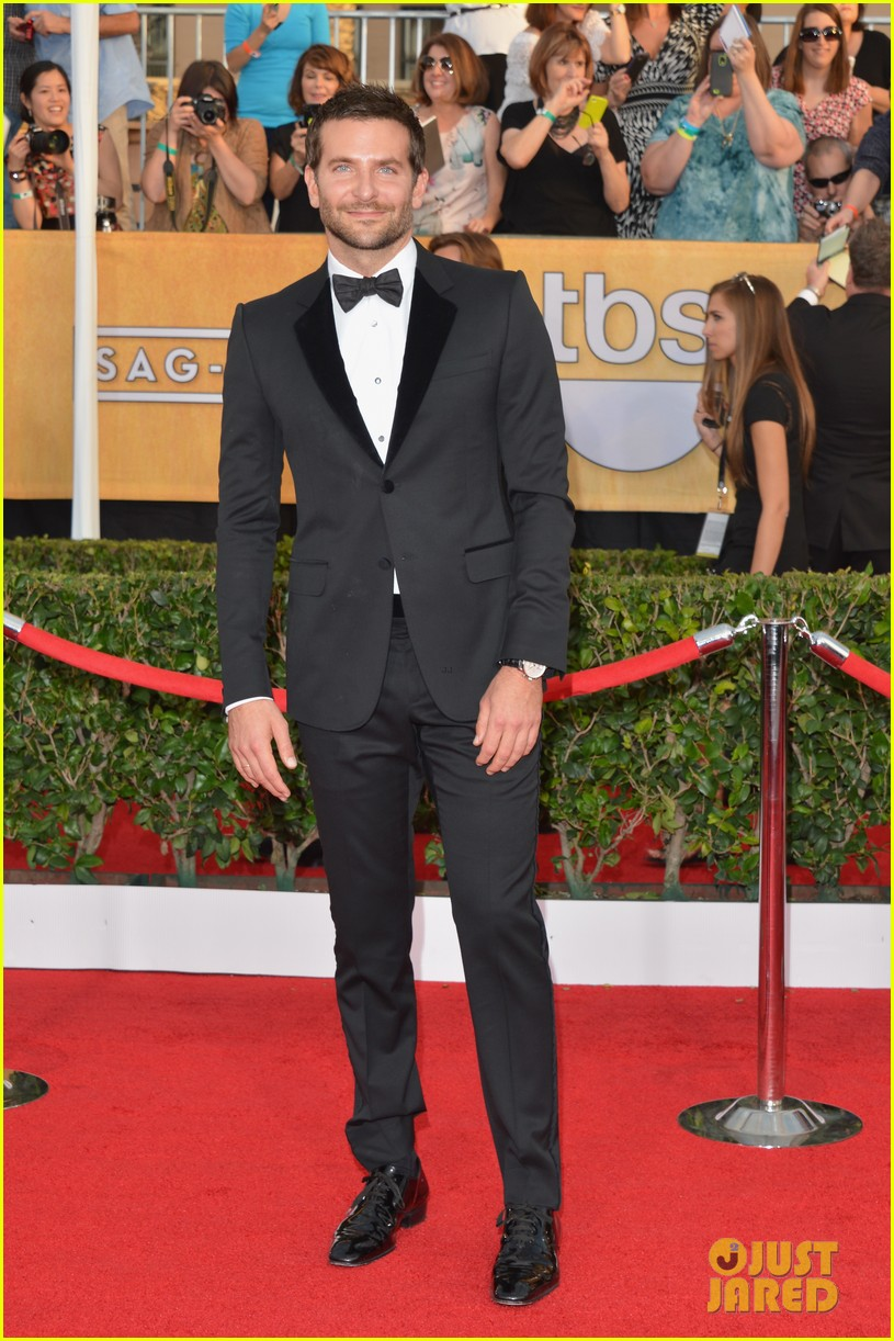 bradley cooper sag awards 2014 red carpet 023034753