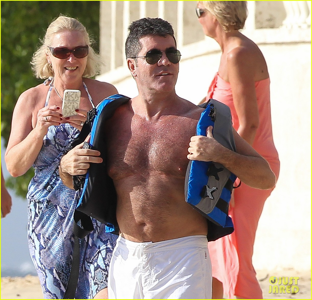 shirtless simon cowell draws large female crowd at the beach 02