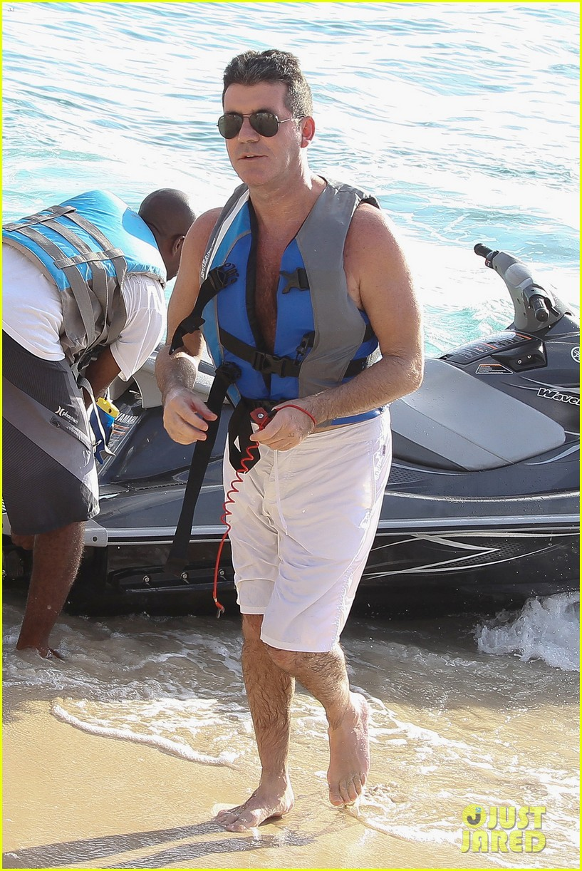 shirtless simon cowell draws large female crowd at the beach 14