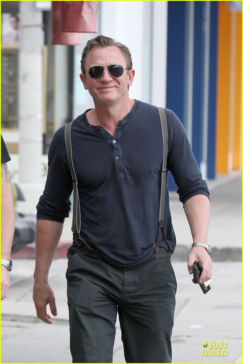 daniel craig sports trouser suspenders after pga 043037312
