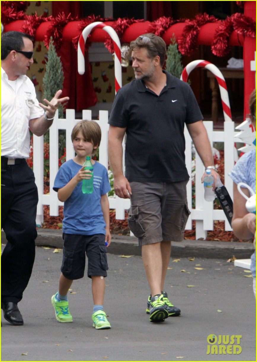 russell crowe dreamworld theme park with the boys 07