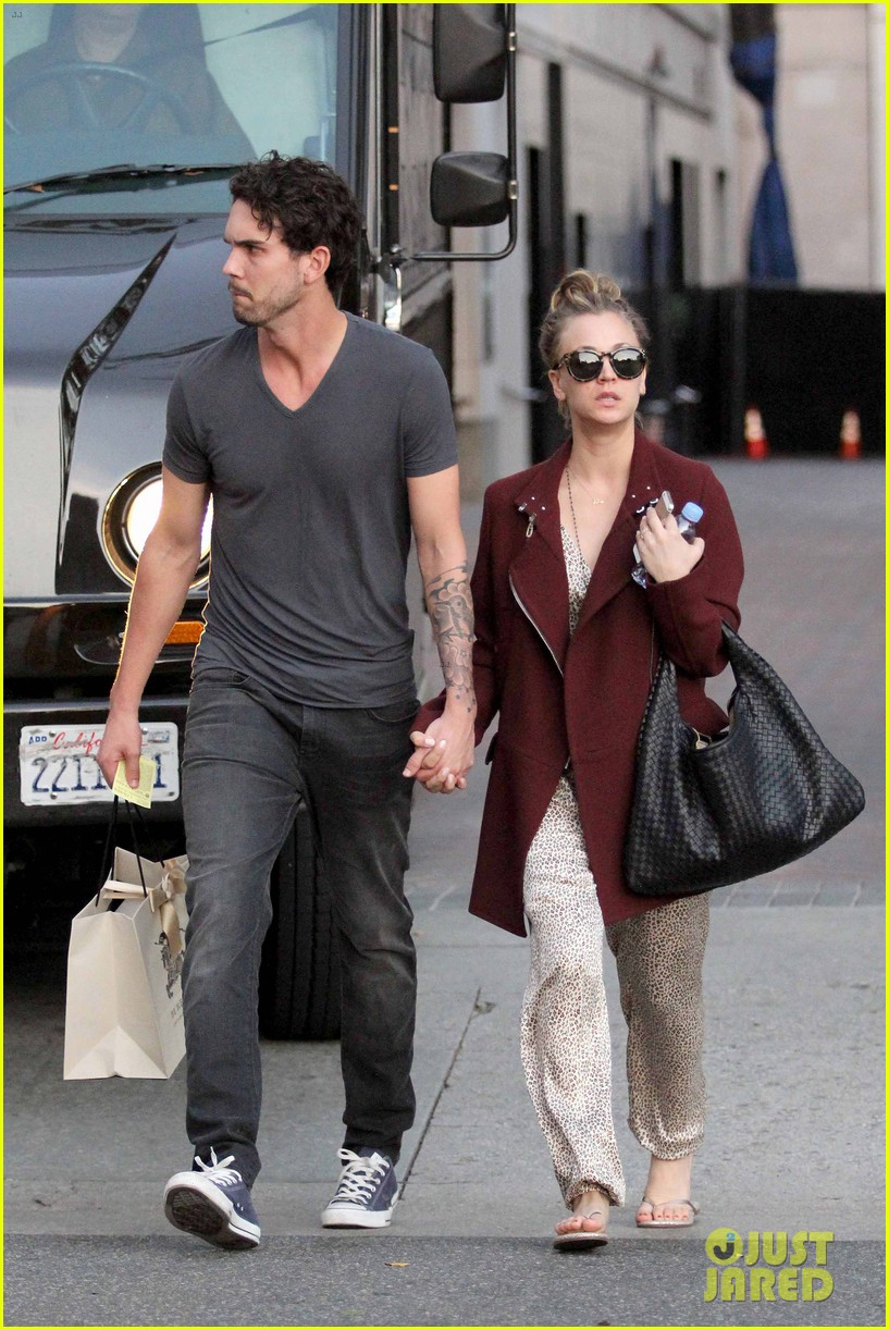 kaley cuoco steps out with ryan sweeting after the pcas 023026990
