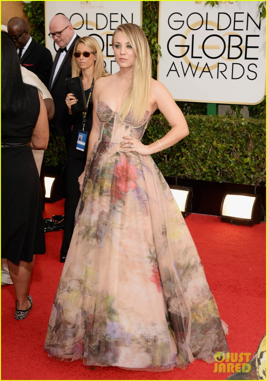 kaley cuoco golden globes 2014 red carpet 01