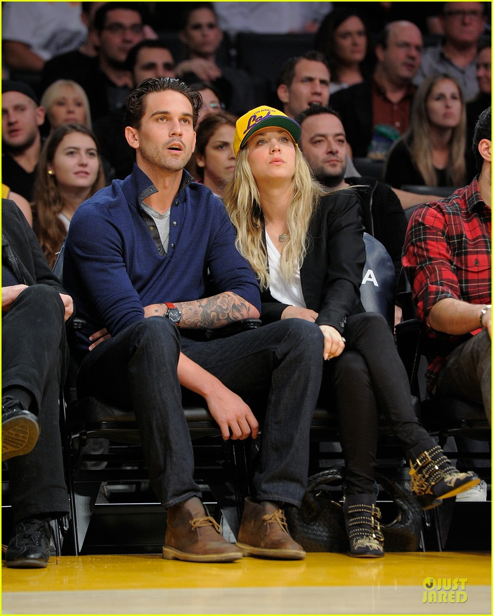 kaley cuoco shows off wedding ring at lakers game 01