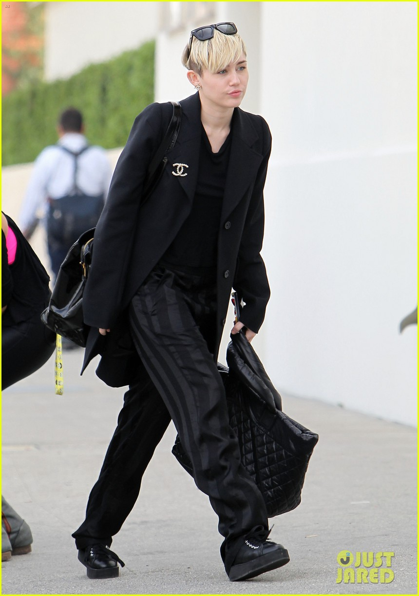 miley cyrus grabs lunch with her family after a haircut 013026438