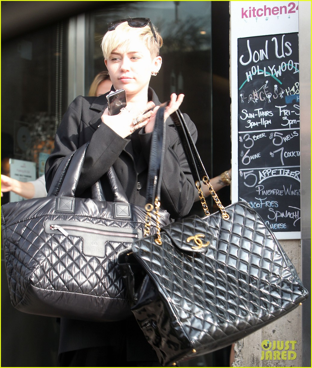 miley cyrus grabs lunch with her family after a haircut 02