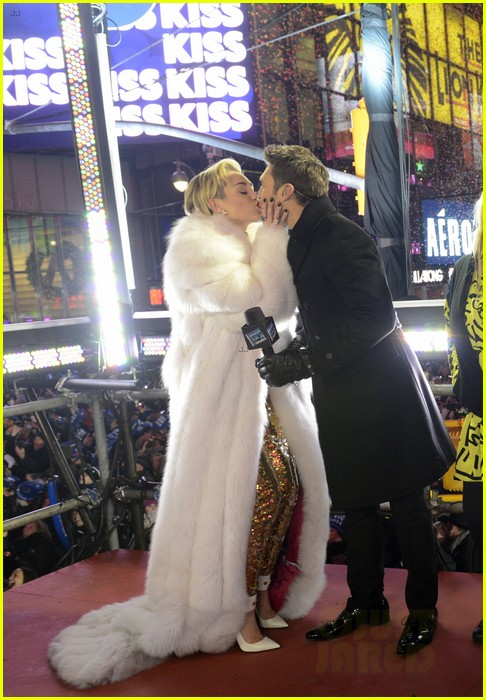 miley cyrus kisses ryan seacrest at midnight on nye photo 04
