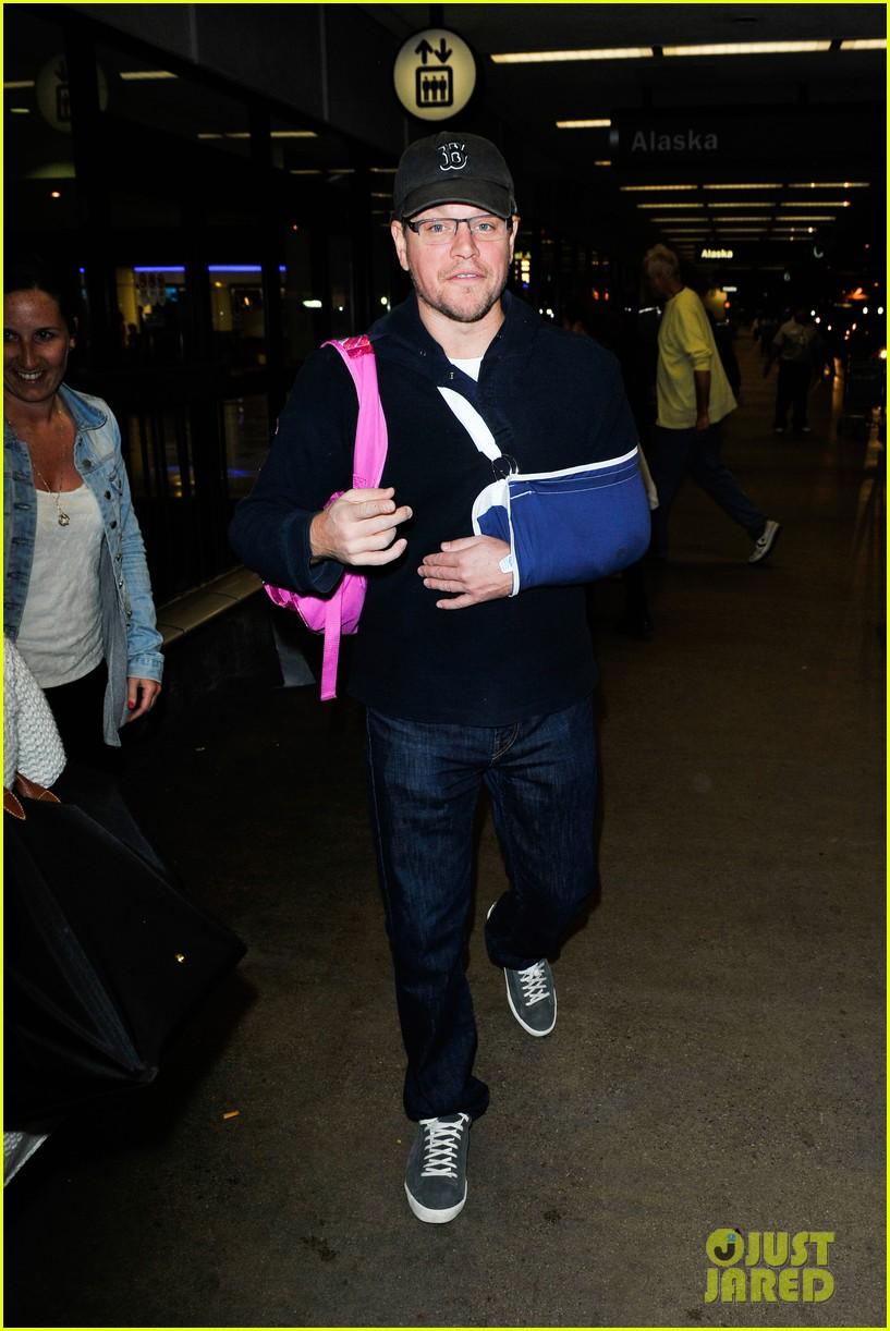 matt damon arrives at lax airport with injured arm 12