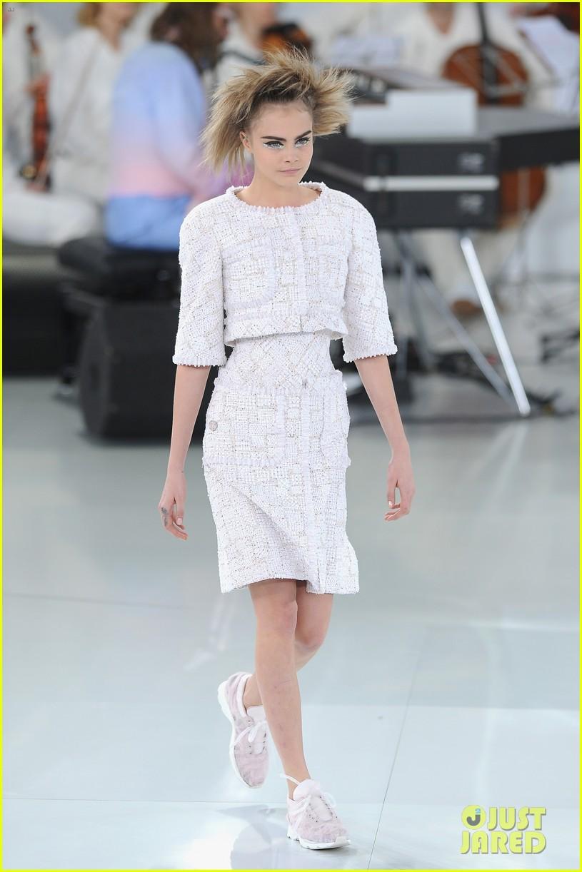 cara delevingne tilda swinton chanel paris fashion show 11
