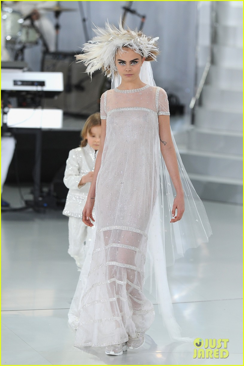 cara delevingne tilda swinton chanel paris fashion show 13